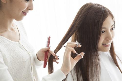 髪をカットする女性