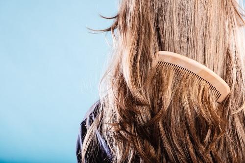バサバサの髪にブラッシング