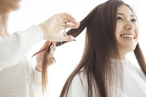 笑顔で髪を切る女性