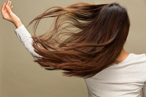 女性の髪がなびく