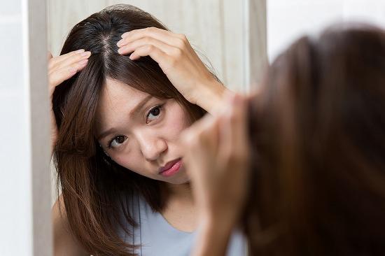 頭皮を鏡で見る